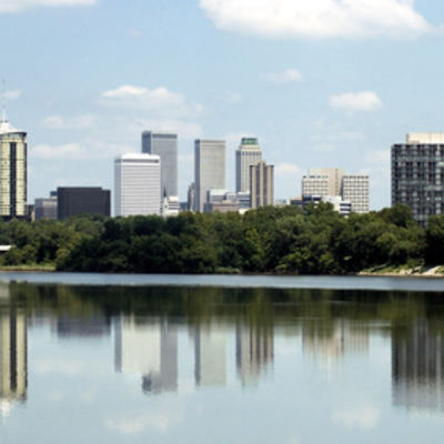 Bild vergrößern: Skyline view of the city of Tulsa, Oklahoma with buildings reflected in the Arkansas River.