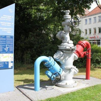 Bild vergrößern: Bohrlochverflanchung  -  Well head   (Dieses Exponat wurde zur Verfügung gestellt von Hartmann Valves & Wellheads GmbH, Celle. - The exhibit was provided by